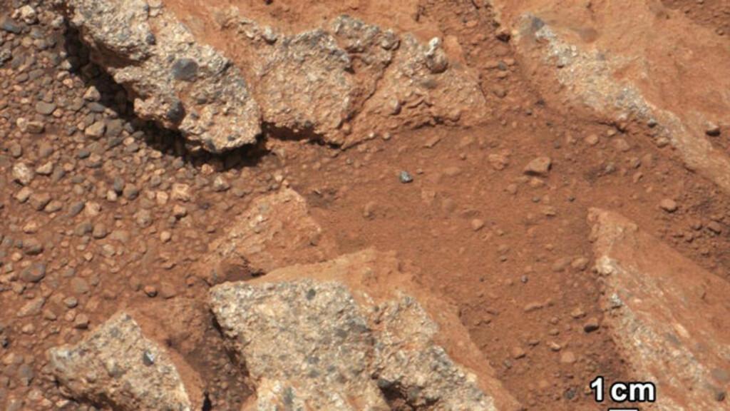 VANN PÅ MARS: Formen og størrelsen på steinene og grusen i bunn av elveleiet kan si mye om bekkens størrelse og hastigheten på vannet. Foto: AFP PHOTO / NASA/JPL-Caltech/MSSS/