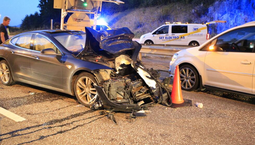 SKAPTE TRAFIKKAOS: En Tesla-sjåfør fiklet med mobilen. Så gikk det veldig galt. Foto: Joakim Fjeldli / Presse30.no