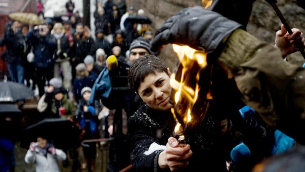 SATTE FYR PÅ HIJAB: Sara Azmeh Rasmussen satte fyr på en hijab som en symbolmarkering 8. mars 2009. Foto: CORNELIUS POPPE/SCANPIX