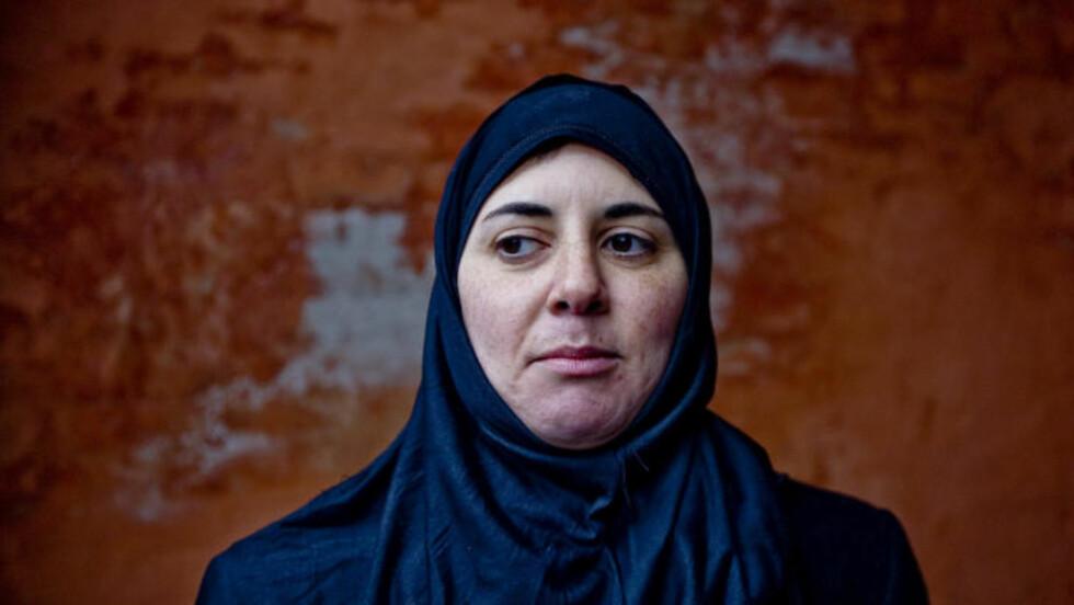 MUSLIMSK BAKGRUNN: - Jeg føler meg fortsatt forankret i den muslimske kulturen. Derfor mener jeg at det er viktig at det er en på innsiden som gjør dette. For å vise at det finnes saklige argumenter for retten til religionskritikk, sier Sara Azmeh Rasmussen. Foto: CORNELIUS POPPE/SCANPIX