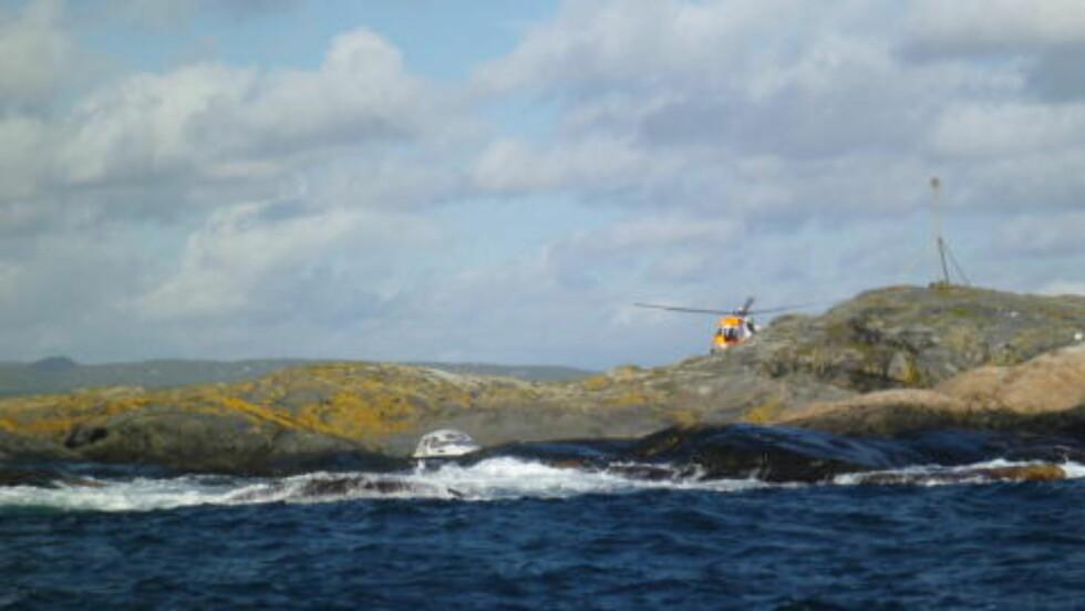 FRA FJELL TIL FJORD:  Redningshelikopteret (gult - i bakgrunnen) berget først en amerikansk marinesoldat ned fra Gaustatoppen og så to hobbyfiskere på Bamblekytsen i dagt. FOTO: Redningsselskapet.