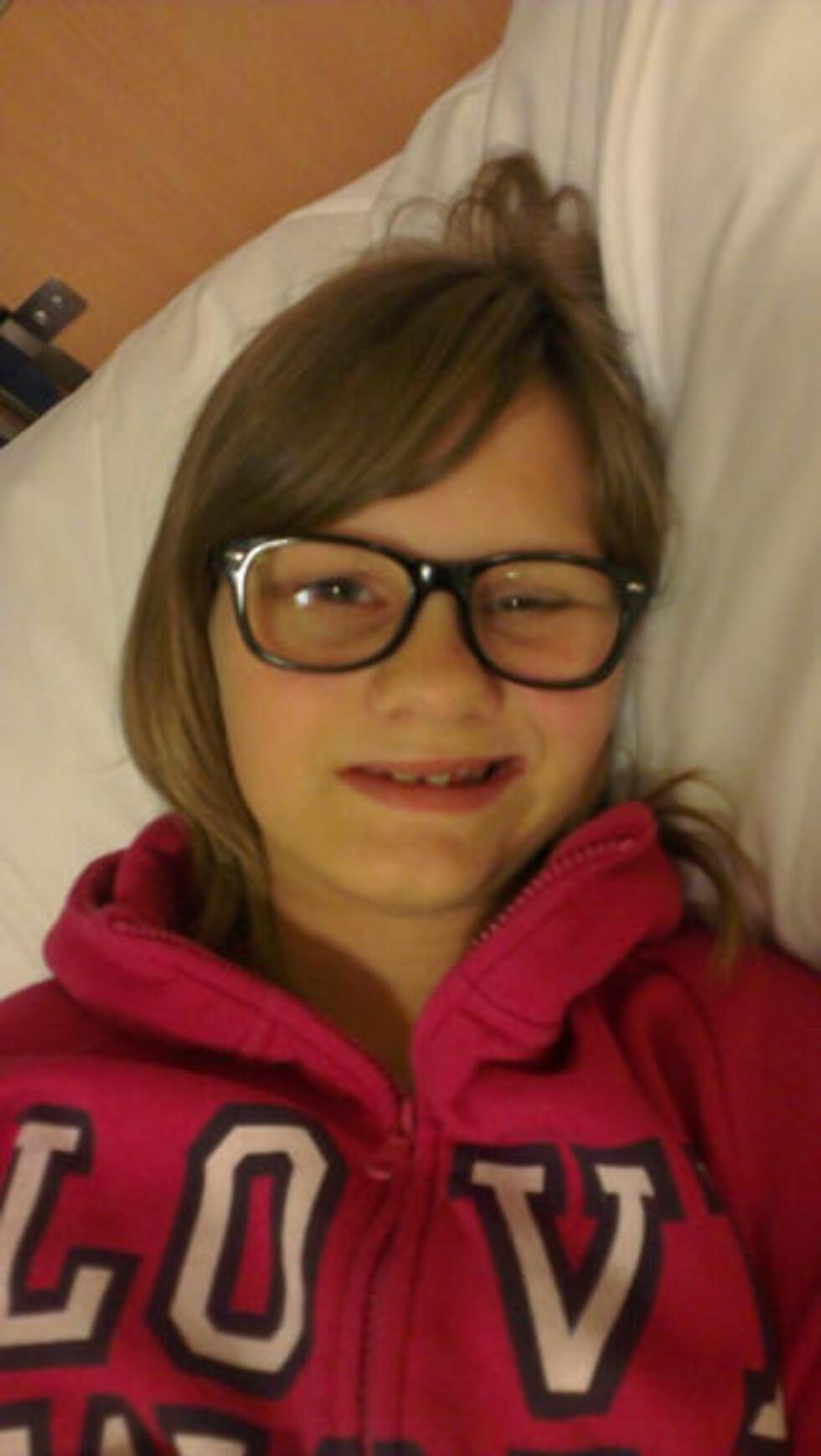 LAMMET: Caroline Buer (12) har mistet førligheten i høyre del av ansiktet, to uker etter at hun ble vaksinert mot livmorhalskreft. Nå frykter moren at lammelsen har en sammenheng med vaksinen. Foto: Privat