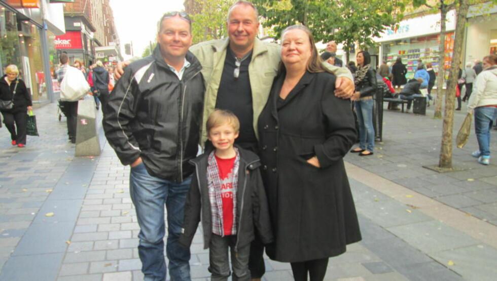 FØRSTE MØTE: I Glasgows hovedgate møtte Roger Andreassen (50) bestefar Kristian Myrbakks skotske barn David (45) og Margareth (60) for første gang. Likheten mellom Roger og hans fem år yngre onkel er slående.  Foto: Janne Helgesen