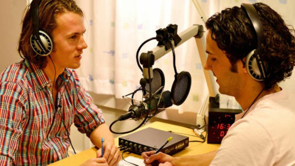 UNDER INNSPILLING: Bård og Vegard Ylvisåker under innspilling av radiointervjuet til The World. FOTO: Tv Norge