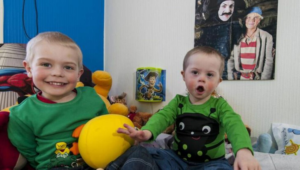 PÅ GUTTEROMMET: Oliver og Lauritz sitter og skråler på gutterommet. Kommunikasjonen med Lauritz foregår med en blanding av tegn og tale. FOTO: Tore Fjeld