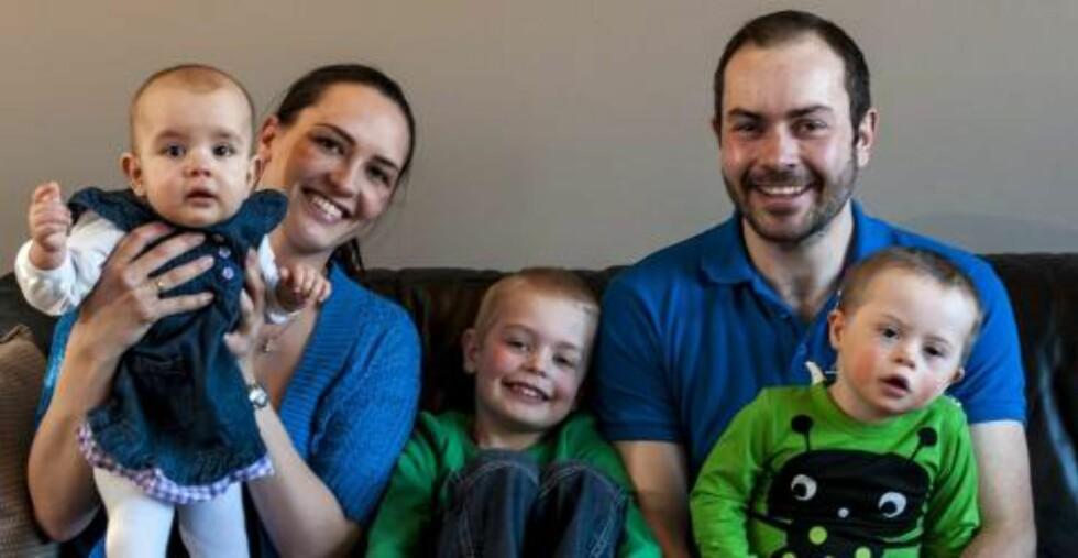 TRAVEL FAMILIE: Mamma og pappa Østbøll ble anbefalt å få et nytt barn ganske raskt etter at de fikk Lauritz. Ikke minst av hensyn til storebror Oliver, slik at han skulle få et søsken å dele utfordringene med . På bildet er Lilly 10 måneder. FOTO: Tore Fjeld