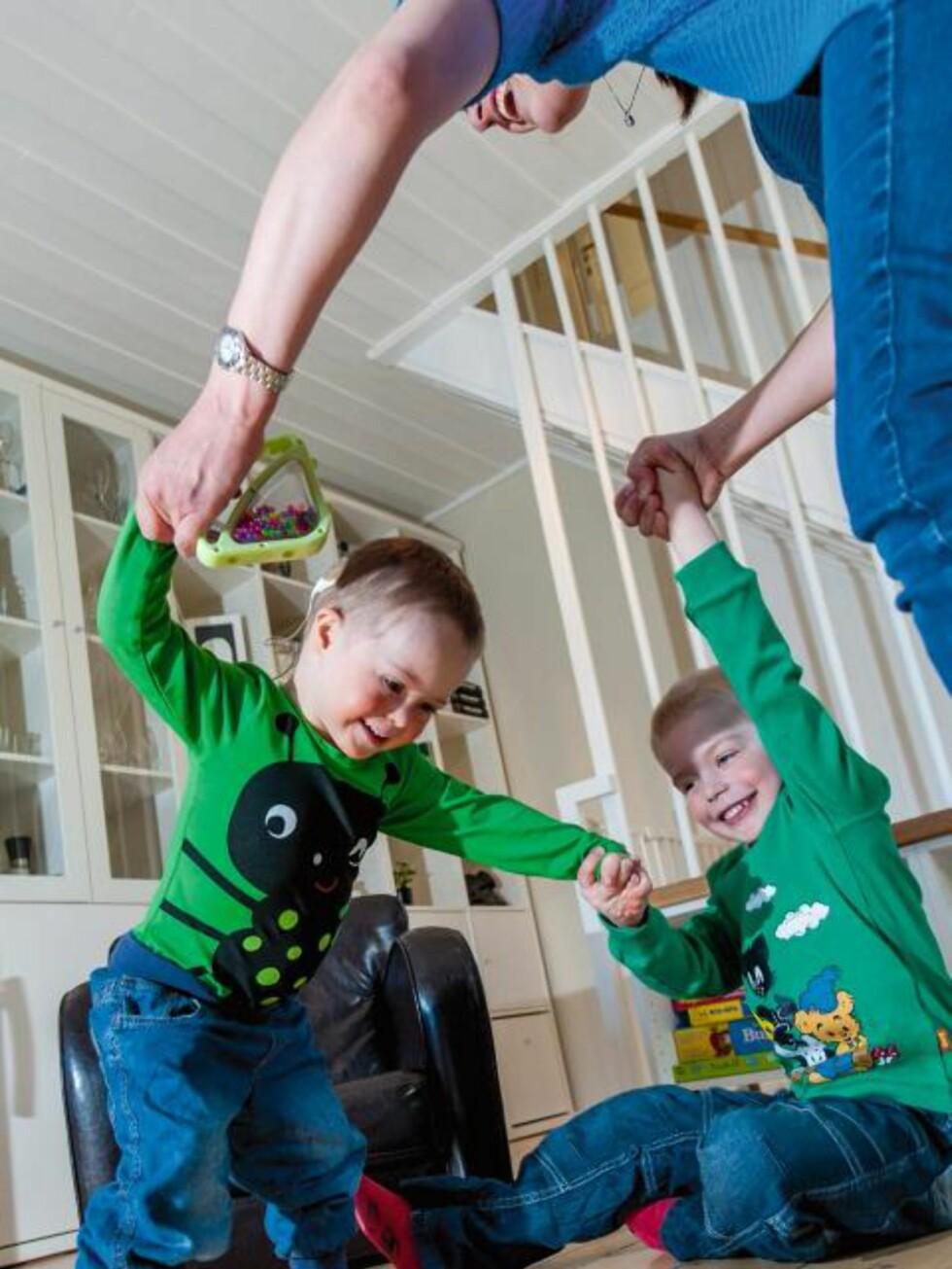 LÆRER Å GÅ: Foreldre til barn med Downs syndrom må belage seg på å vente lenger enn andre på at barnet skal nå viktige milepæler i utviklingen. Som å lære å gå. - Når man har ventet så lenge, blir man ekstra glad når det endelig skjer, sier mamma Linn Østbøll. FOTO: Tore Fjeld