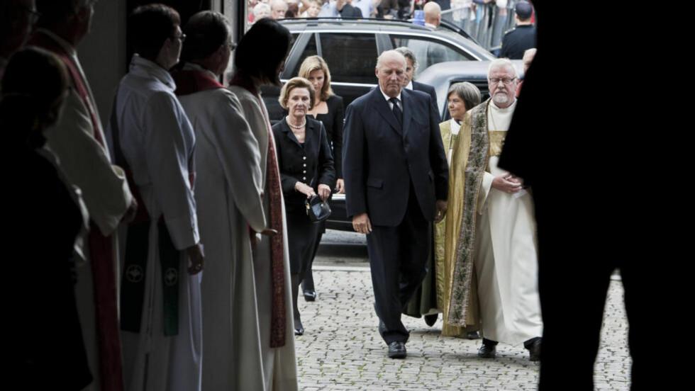 SAMLENDE: Kongefamilien ankommer gudstjenesten i Oslo domkirke etter 22. juli i fjor. Fordi republikanere mener at kongehuset ikke burde virke samlende klarer de ikke å se at det faktisk gjør det, skriver forfatterne. Foto: Aleksander Andersen / NTB Scanpix