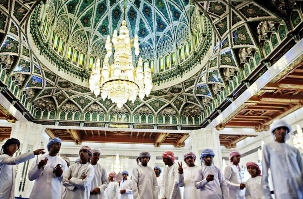 IMPONERENDE: Sultan Qaboos-moskeen er bygd av 300 000 tonn indisk sandstein. I det største bønnerommet kan 7000 menn be samtidig.  Foto: NINA HANSEN