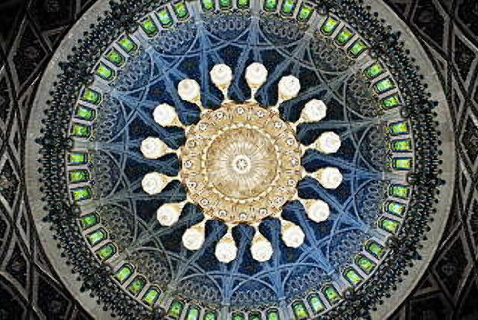 DEKORATIVT: Fra sultan Qaboos store moské. Foto: NINA HANSEN
