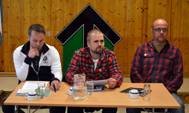 DEN NORSKE LEDELSEN: Haakon Forwald (i midten) er Den nordiske motstandsbevegelsens leder i Norge. Til høyre partimedlem Tommy Olsen, til venstre Per Öberg fra den svenske partiledelsen. Her fra helgas seminar i Telemark. Foto: Frihetskamp.net