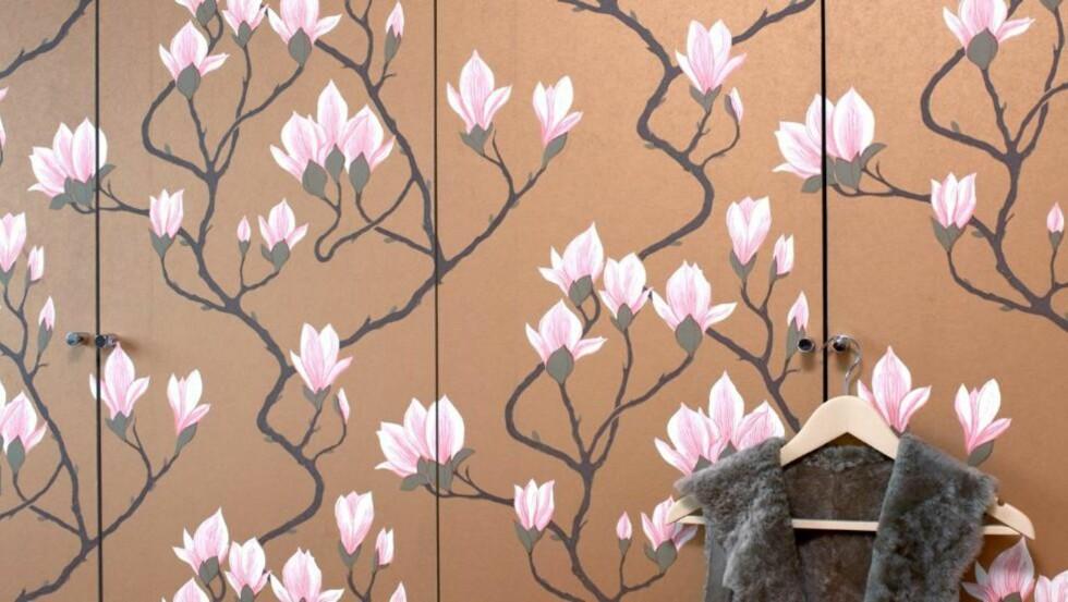 GJØR DET SELV: Dørene til garderobeskapet er kledd med  blomstertapet, som nesten kamuflerer dørene og skaper en spennende effekt i rommet. Lett hvis du kan oppskriften. FOTO: Espen Grønli