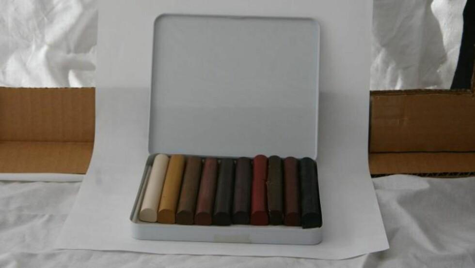 RIPER I PARKETTEN: Redningen ligger i voksstifter, som omtales som handymannens sminkesett. Bildet viser Liberons ulike stifter som kommer ti forskjellige farger. Utsalgspris er 840 kroner.  Foto: Alanor