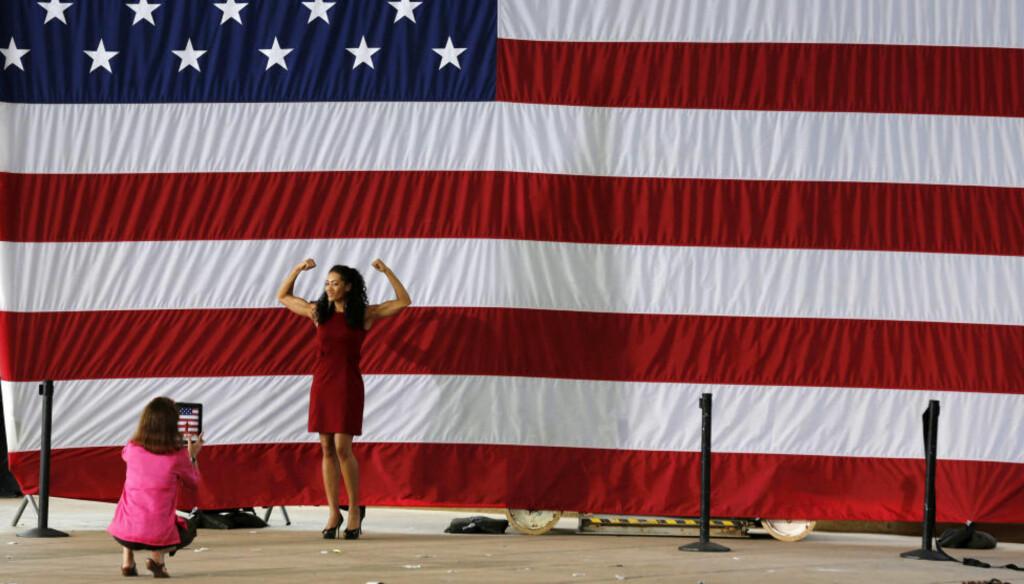 BARE VERDENSMESTER: Obama-tilhengeren Monica Cabbler har fortsatt grunn til å vise amerikanske muskler til venninens Ipad-kamera — det er lenge til USA slutter å være det mektigste landet i verden. Men noe globalt imperium som leder på absolutt alle områder, er landet ikke lenger.  Foto: Larry Downing / Reuters / NTB Scanpix