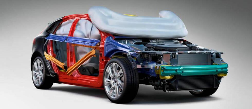 SATTE REKORD: Volvo V40 er stappfull av sikkerhetsteknologi, blant annet har den kollisjonsputer for fotgjengere. Bilen scoret hele 98 prosent for sikkerhet i sin EuroNCAP-test nå nylig. Det er høyeste score i denne grenen i EuroNCAP sin historie. FOTO: EuroNCAP