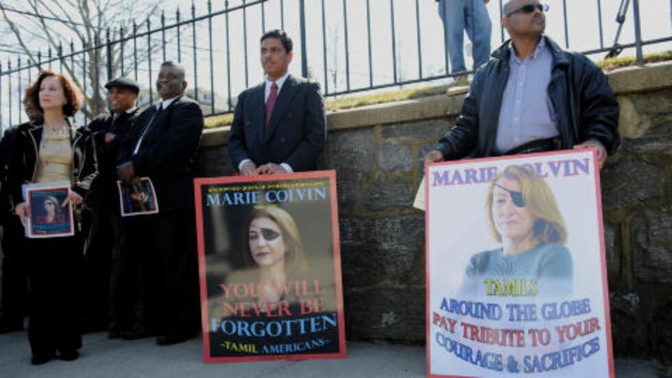 TOK SJANSER: Marie Colvin mistet synet på det ene øyet mens hun dekket konfliktene på Sri Lanka i 2001. Amerikanske tamiler markerte sin respekt for hennes innsats i forbindelse med begravelsen i hennes hjemby Oyster Bay i New York. Foto: Stan Honda / AFP / NTB Scanpix
