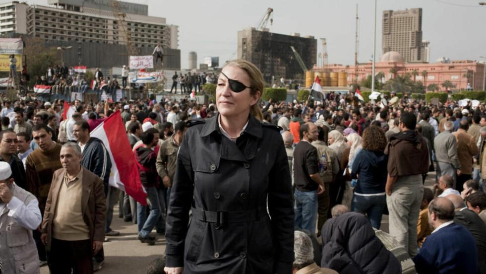 LEGENDE I FELT: — Hun var den som alltid tok seg lenger inn i krigssonen og ble igjen lenger enn de fleste av oss, sier Åsne Seierstad om den amerikanske journalisten Marie Colvin, som ble drept på jobb i Syria i februar i år. Bildet er tatt på Tahrir-plassen i Kairo. Hun skrev for den britiske avisa Sunday Times. Foto: Ivor Pricket / Sunday Times / AP / NTB Scanpix