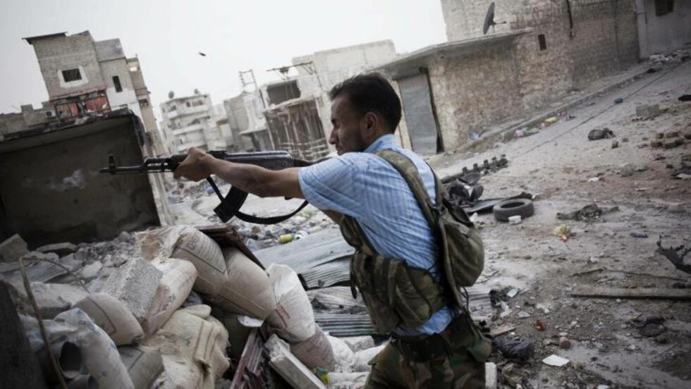 HARDE KAMPER:  En opprører i kamp i Aleppos gater på lørdag. Foto: AP