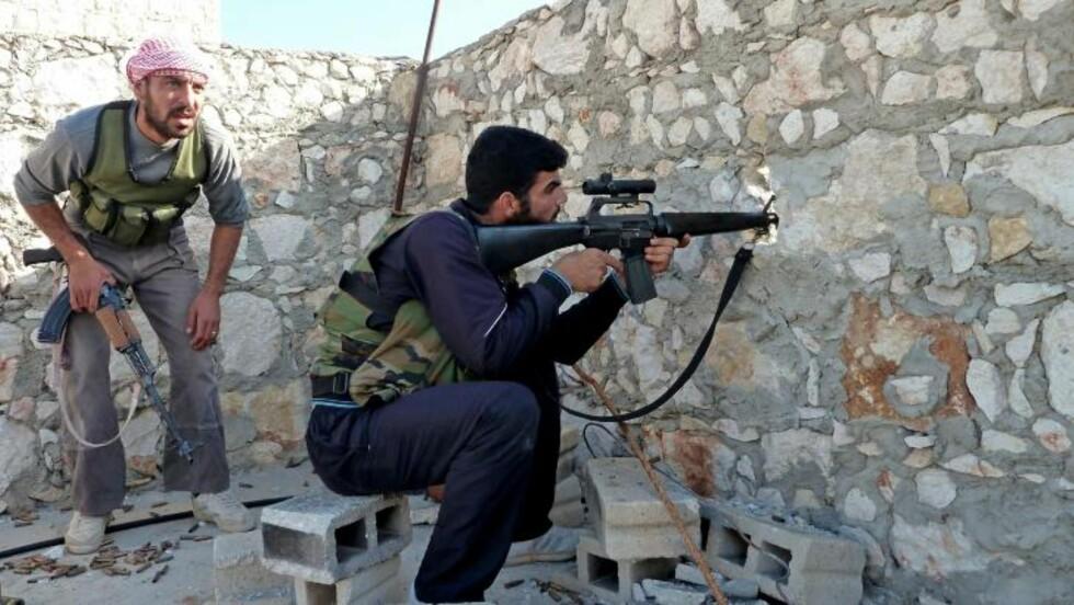 SNIKSKYTTERE:  Opprørere på en vaktpost i Maaret al-Numan i Idlib-provinsen nord-vest i Syria. AFP PHOTO/HERVE BAR