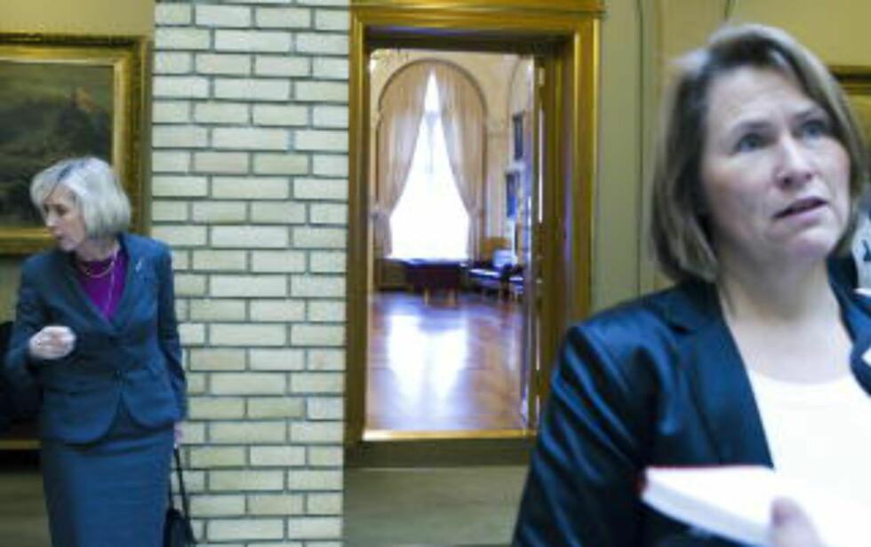 ORIENTERTE:  Justisminister Grete Faremo og forsvarsminister Anne-Grete Strøm-Erichsen orienterte Stortinget om terrorfaren i et hemmelig møte på Stortinget. Foto: Berit Roald / Scanpix