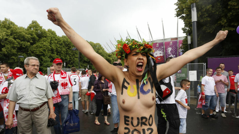 PROTEST: Flere kvinner protesterte mot sexturisme før åpningskampen i EM. Foto: REUTERS/Jerzy Dudek/NTB scanpix