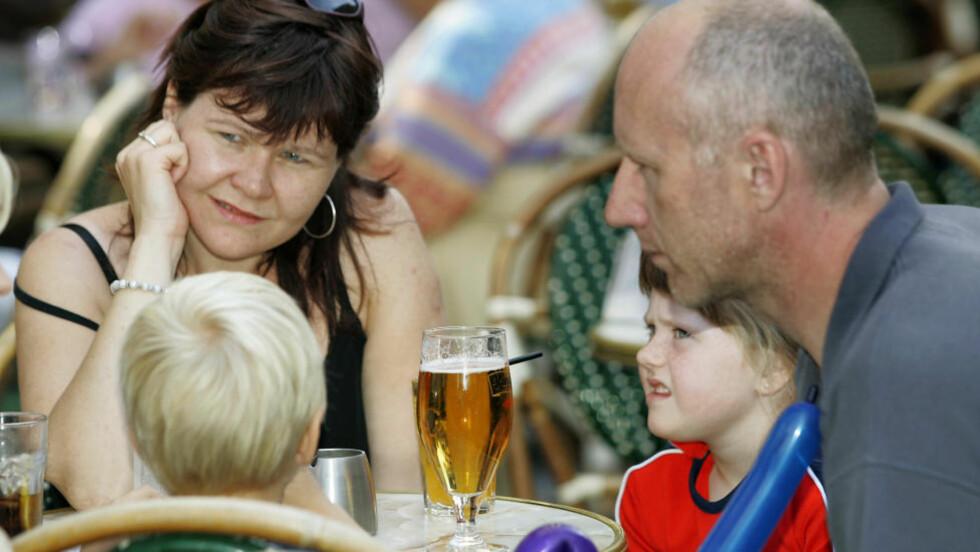 ALKOVANER: Barn tar ikke skade hvis foreldrene bare tar seg et glass, mener rusforsker om ny alkovaneundersøkelse  Illustrasjonsfoto: Heiko Junge / SCANPIX .
