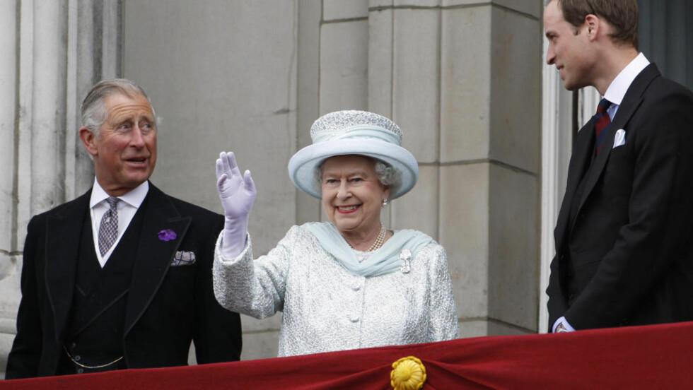 OPPTUR:   Kronprins Charles er plutselig blitt mer populær enn sønnen, prins William (til høyre). Forklaringen kan være at han fikk stå på sin egen fars tiltenkte  plass under feiringen av mor, dronning Elizabeths jubilantjubileum. Her på balkongen på Buckingham Palace i London sist tirsdag.  FOTO: Stefan Wermuth, REUTERS/NTB SCANPIX.