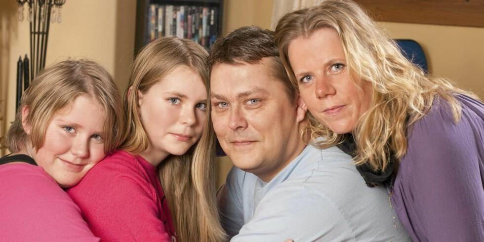 FAMILIEN: Tor Atle, samboeren Jeanette Ødegård og de to døtrene Amalie (t.v.) og Emmeline er flinke til å kose seg sammen. - Vi klarer heldigvis å glede oss over småting, noe som er spesielt viktig når vi lever medsykdomstrusselen, sier Jeanette. Foto: Svein Brimi