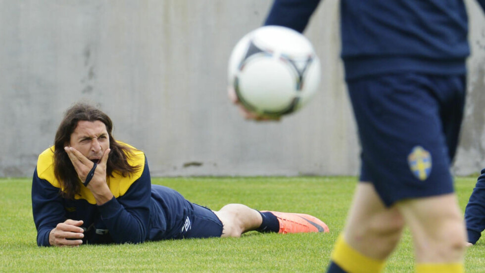 GLEDER SEG: Zlatan Ibrahimovic mener oppladningen til kampen mot Ukraina har vært den aller beste. På dagens trening så han imidlertid litt småtrøtt ut... Foto: AFP PHOTO/JONATHAN NACKSTRAND