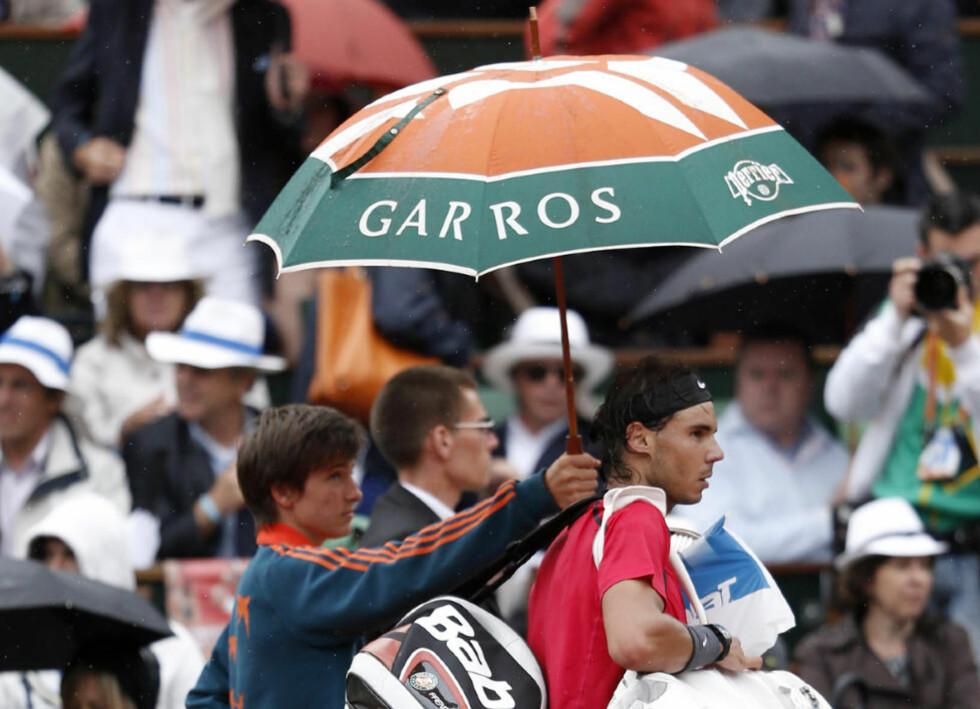 GA FRA SEG INITIATIVET: Rafael Nadal vant de to første settene i French Open-finalen, men Novak Djokovic kom tilbake og tok tredje sett, før han også tok ledelsen i fjerde før resten av kampen ble utsatt til i morgen på grunn av regn i Paris.  Foto: AP Photo/Bernat Armangue/NTB scanpix