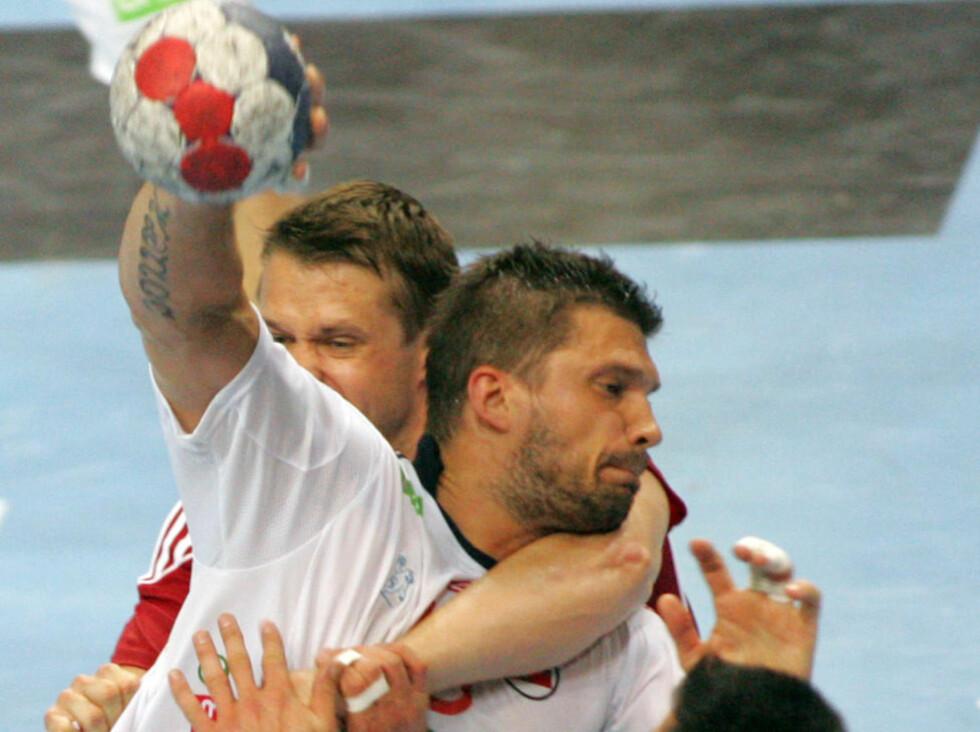 GIR IKKE OPP: Selv om Kristian Kjelling fikk mye ungarsk juling da Norge tapte med seks, men har ikke gitt opp VM-drømmen.Foto: Aleksandar Djorovic / NTB scanpix