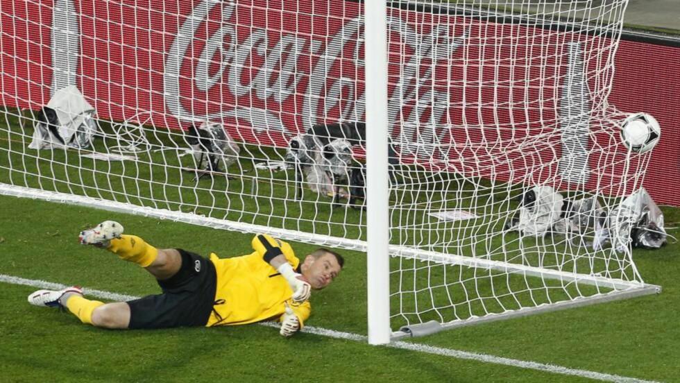 UHELDIG: Shay Given stanget ballen i eget nett etter et skudd fra Mandzukic. Foto: EPA/ARMANDO BABANI UEFA/MTB scanpix