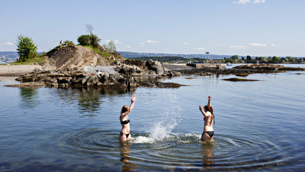 DETTE KAN DU SE LANGT ETTER: Du må nok smøre deg med tålmodighet om du ønsker sommervær og bading. Nyt sola mens du kan, for meteorologene melder dårligere vær allerede neste uke. Her fra Huk hvor Ida Ørbekk og Birgitte Wendelbo tar årets først bad. FOTO:TORBJØRN BERG / DAGBLADET