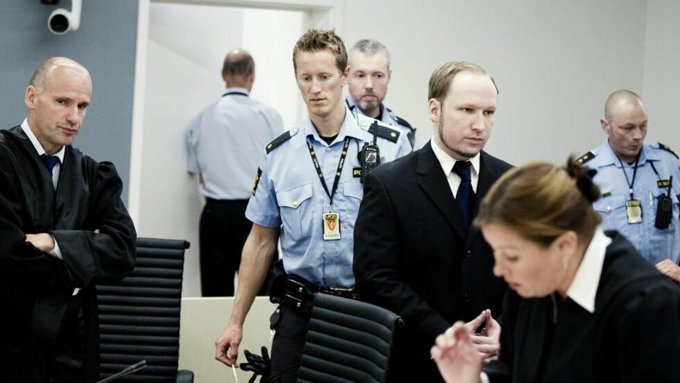 Oslo 20120611 : Anders Behring Breivik  kommer inn i retten etter en pause.  Geir Lippestad og Vibeke Hein Bæra.   22.juli-saken . Anders Behring Breivik . Foto: Bjørn Langsem / Dagbladet.