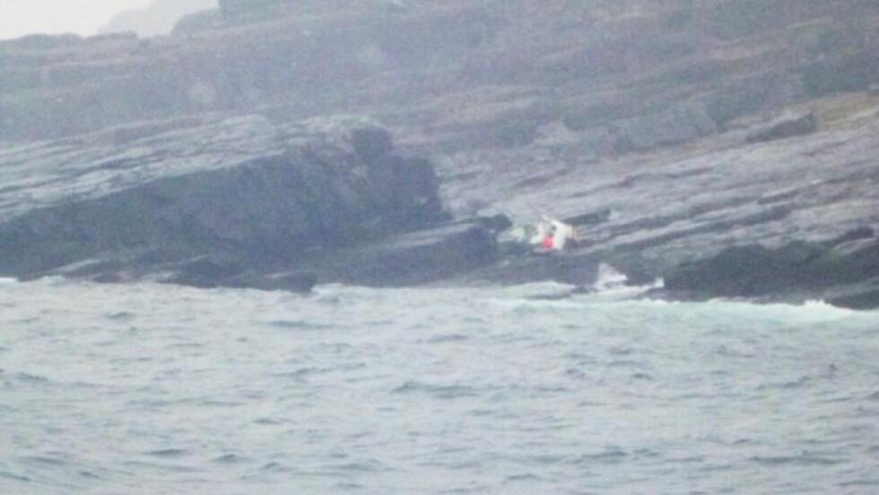 KNUST: Sjarken fikk hard medfart og knuste da den traff land. Foto: Redningsselskapet/«Reidar Von Koss»