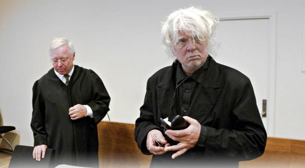 DÅRLIG RYKTE: Odd Nerdrum sa i retten i går at han ikke har solgt et eneste bilde siden rettssaken i fjor. Her er kunstneren sammen med forsvarer Pål Berg i Borgarting lagmannsrett. Foto: Torbjørn Berg