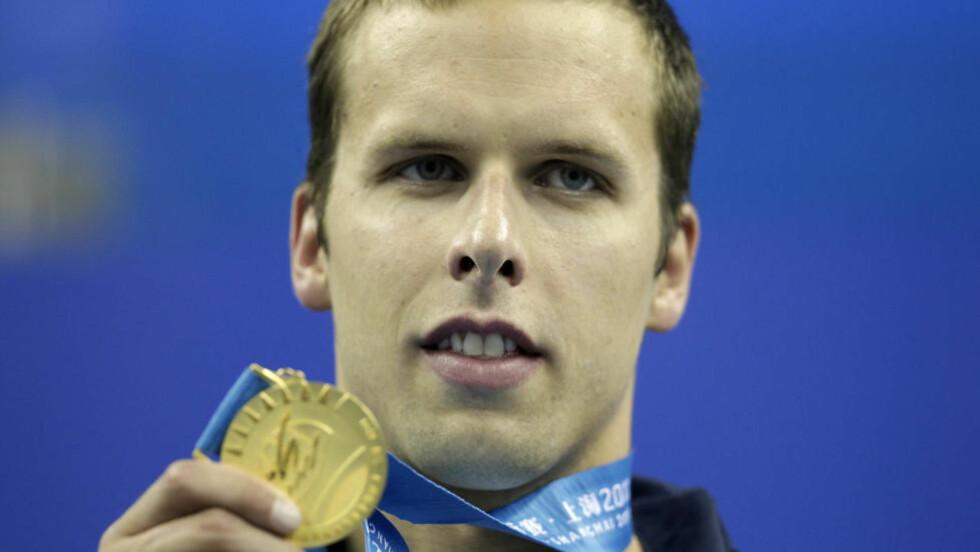 HJERTEINFARKT: Alexander Dale Oen med gullmedaljen han vant på 100 meter bryst under svømme-VM i Shanghai 25. juli i fjor. Foto: Michael Sohn, AP / NTB scanpix