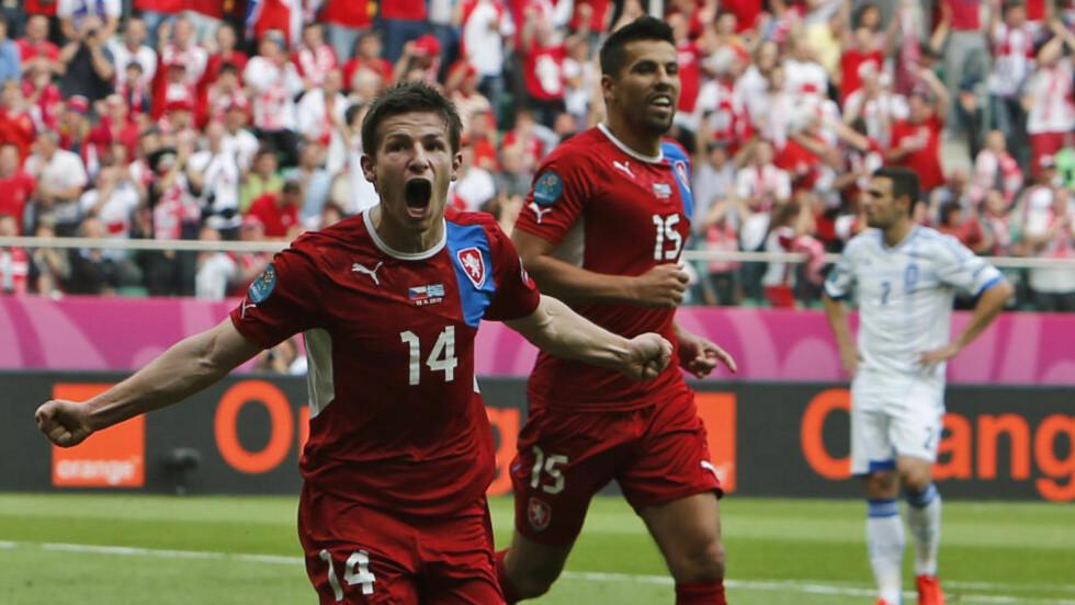 PANGSTART: Vaclav Pilar scoret 2-0-målet til Tsjekkia etter bare fem minutter. Her feirer han med spissen Milan Baros. Tsjekkia vant kampen 2-1 mot Hellas. Foto: AP Photo/Thanassis Stavrakis