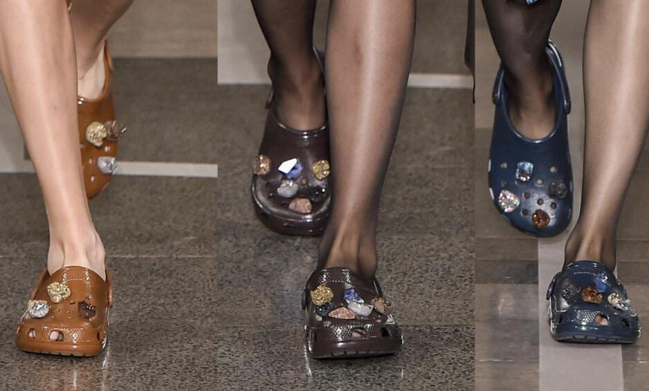 MOTERIKTIG?: Den britiske designeren Christopher Kane sendte i går modeller ned catwalken med Crocs på føttene. Det har ikke gått ubemerket hen. Foto: WWD / REX / Shutterstock, NTB scanpix