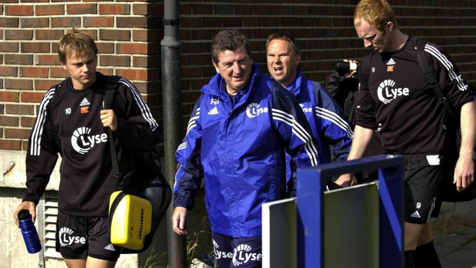 STORE KONTRASTER: Datoen er 15. juli 2004, og Roy Hodgson er på vei ut til sin første trening som Viking-trener. Bare noen uker i forveien hadde England tatt seg til kvartfinale i EM-sluttspillet i Portugal. Mandag denne uka spilte de sin første EM-kamp siden den gang - da med Roy Hodgson som landslagssjef.  Foto: ERLING HÆGELAND/DAGBLADET