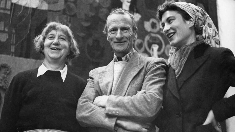 FAMILIEN: Hannah, Hans og Mona Ryggen foran arbeidet  «Den fortapte sønn», som nå henger på NTNU i Trondheim. Mona (f. 1924) og moren hadde et komplisert forhold. Foto: Nordenfjeldske Kunstindustrimuseum