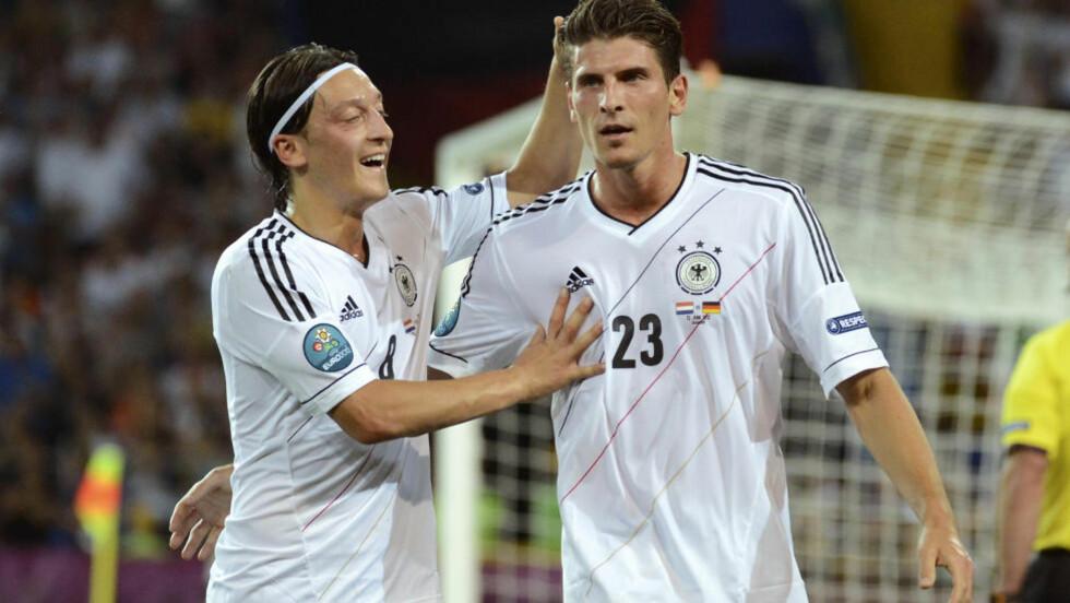 HERJET: Mario Gomez scoret to mål mot Nederland og sikret tyskernes andre seier i mesterskapet. Foto: AP Photo/Geert Vanden Wijngaert