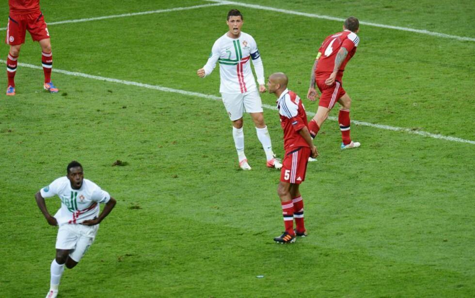 NESTEN BARE LETTET: Da Silvestre Varela dunket inn vinnermålet fikk Cristiano Ronaldo ut et jubelbrøl, så falt han til bakken og ble liggende mens resten av lagkameratene jaget Varela i vill feiring. Foto: SCANPIX/EPA/GEORGI LICOVSKI