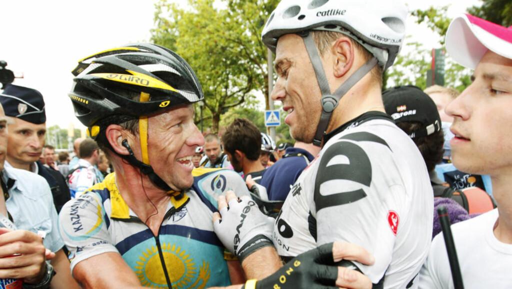 GAMLE SYKKELVENNER: Lance Armstrong (t.v.) gratulerer Thor Hushovd med seieren på sjette etappe av Tour de France i 2009. Foto: Heiko Junge / NTB scanpix