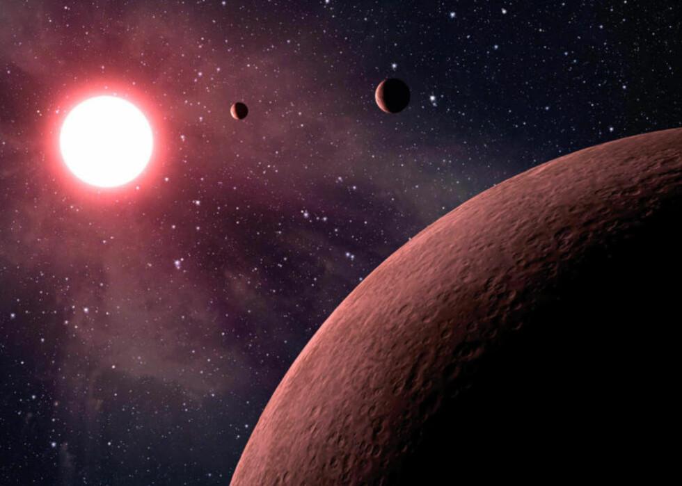 BUGNER AV JORDKLODER? En ny studie antyder at jordliknende planeter kan være langt vanligere enn tidligere antatt, og at liv andre steder i universet kan ha fått et forsprang på flere milliarder år. Bildet viser en kunstners framstilling av et nyoppdaget planetsystem der ute. Grafikk:JPL- CALTECH/ESA/NASA