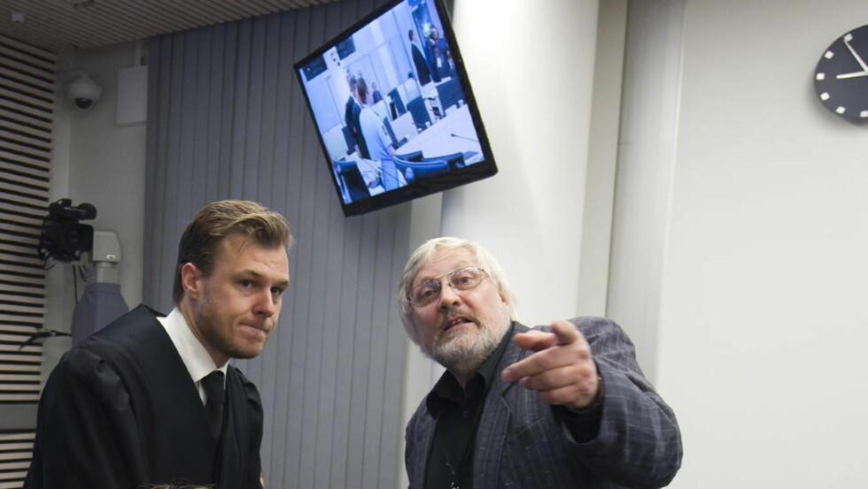UENIG VITNE: Historiker Lars Gule snakker her med forsvarer Tord Jordet i forbindelse med sitt vitnemål tidligere i rettssaken. Gule er grunnleggende uenig med premissene Torgeir Husby og Synne Sørheim legger til grunn for konklusjonen om utilregnelighet. Foto: Heiko Junge / NTB scanpix