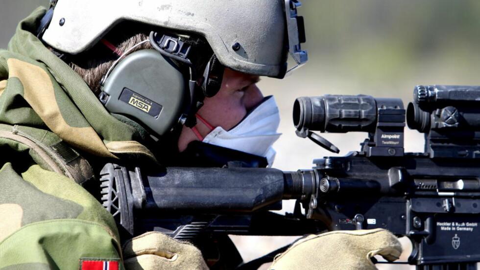 NORSK KVALITET: Telemark Bataljon øvelsesskyter med den nye miljøvennlige testammunisjonen fra den norske ammunisjonsprodusenten Nammo på Raufoss. Foto: Kristoffer Egeberg / DAGBLADET.
