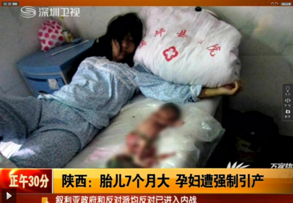 OMSTRIDTE BILDER: Bildene av Feng Jianmei (22), som ligger på ei seng med et dødt foster ved siden av seg, har ført til ny debatt om Kinas omstridte ettbarnspolitikk. Foto: 365 jia.cn