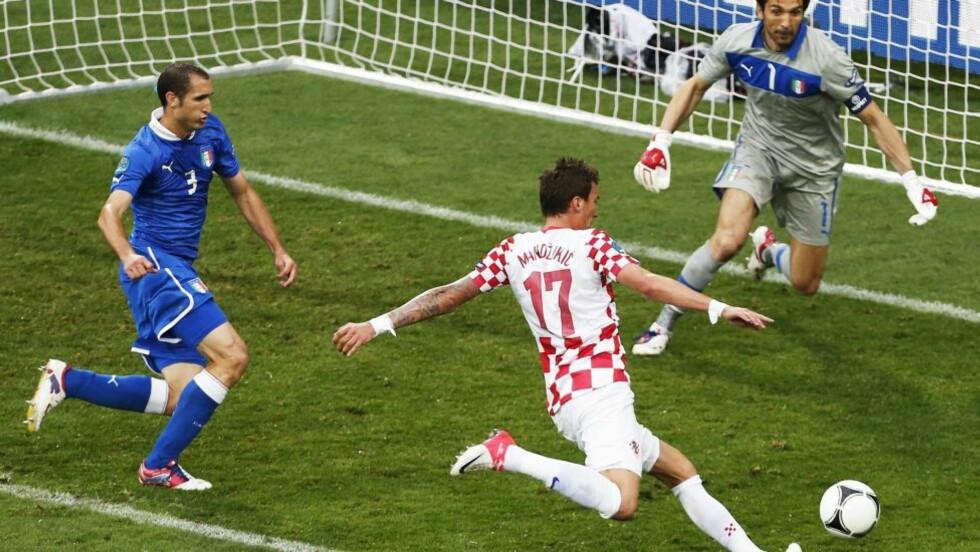 REDDET POENG: Mario Mandzukic sørget for 1-1 mot Italia. Foto: EPA/ARMANDO BABANI