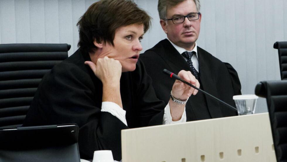 HAMRET LØS: Koordinerende bistandsadvokat Mette Yvonne Larsen hadde mange spørsmål til de to sakkyndige Synne Sørheim og Torgeir Husby i retten i dag. I bakgrunnen bistandsadvokat Frode Elgesem. Foto: Heiko Junge / NTB scanpix